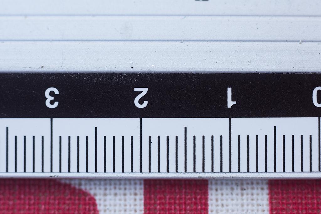 Medir el aumento o factor de magnificación de un objetivo macro.